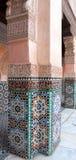 Vägg med Moroccoan tegelplattor och utsmyckade carvings arkivbild