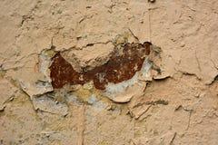 Vägg med sprucken målad brun murbruk Royaltyfria Foton