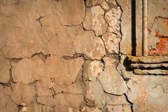 Vägg med sprucken murbruk Arkivbilder