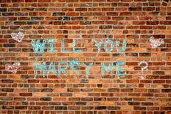 Vägg med texten: Ska du att gifta sig mig? Royaltyfria Foton