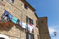 Vägg med tvätterit i Tuscany Arkivfoto