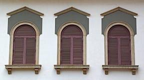 Vägg med Windows av Corinthian stil arkivfoton