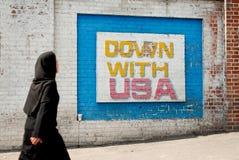 Vägg- meddelande för Anti amerikan i teheran iran arkivfoto