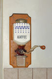 Vägg-monterat historiskt kaffe maler arkivfoton