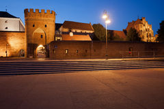 Vägg och port till den gamla staden av Torun Arkivfoto