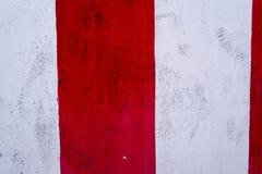 Vägg och rör och peel av vitt och rött som målas Royaltyfria Bilder