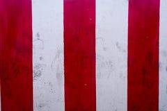Vägg och rör och peel av vitt och rött som målas Arkivbild