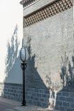 vägg och streetlamp Royaltyfri Bild