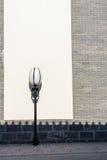 vägg och streetlamp Arkivfoto