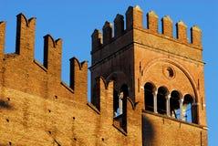 Vägg och torn av den forntida medeltida slotten av konungen Enzo som är upplyst vid solen och med bakgrunden av blå himmel på bol Royaltyfri Bild