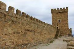 Vägg och torn av den medeltida Genoese fästningen Royaltyfria Foton