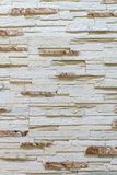 Vägg som göras av dekorativt ljus - brun sten Dekorera för spisen Bakgrund royaltyfria bilder