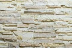 Vägg som göras av den dekorativa beigea stenen Bakgrund royaltyfria foton