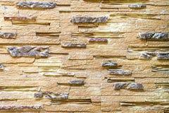 Vägg som göras av den dekorativa bruna stenen Bakgrund arkivfoton