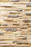 Vägg som göras av den dekorativa bruna stenen Bakgrund royaltyfria foton