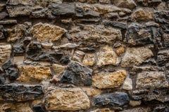 Vägg som göras från stora gamla stenar Arkivbilder