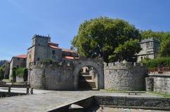 Vägg som ger ingången till det medeltida området i Villagarcia De Arosa Natur arkitektur, historia, lopp Augusti 18, 2014 royaltyfri foto