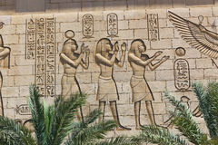 Vägg som snider på den egyptiska templet Arkivfoton