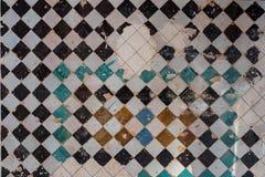 Vägg som täckas med färgade tegelplattor i en schackbeställning royaltyfria foton
