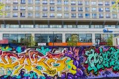 Vägg som täckas med grafitti i Berlin, Tyskland Arkivbilder