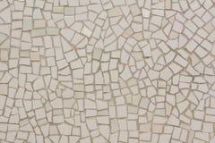 Vägg som täckas med ojämna mosaiker Arkivfoto