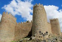 Vägg, torn och bastion av Avila, Spanien som göras av gula stentegelstenar Arkivbilder