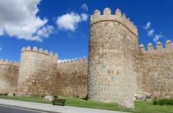 Vägg, torn och bastion av Avila, Spanien som göras av gula stentegelstenar Royaltyfri Bild