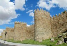 Vägg, torn och bastion av Avila, Spanien som göras av gula stentegelstenar Royaltyfri Fotografi