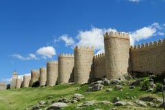 Vägg, torn och bastion av Avila, Spanien som göras av gula stentegelstenar Arkivfoto