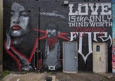 vägg- väggmålning för projekt 42, vid Michel Cruz Flores, djupa Ellum, Texas Arkivbild