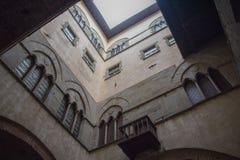 Väggar av den inre borggården av Palazzoen del Comune Kommunalt museum Pistoia tuscany italy Royaltyfri Bild