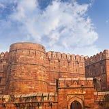 Väggar av det forntida röda fortet i Agra, Indien Royaltyfria Bilder