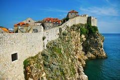 Väggar av Dubrovnik, värld-berömd loppdestination Arkivfoto