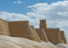 Väggar av en forntida stad av Khiva, Uzbekistan Arkivfoto