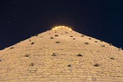 Väggar av tillflyktfästningen av Bukhara, Uzbekistan Sikt från botten Nattfotofors fotografering för bildbyråer