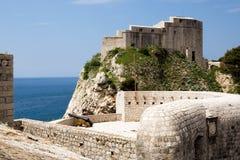 Väggar befästning av staden av Dubrovnik Royaltyfria Foton