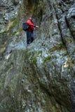 Väggar för berg för manfotvandrareklättring royaltyfri fotografi