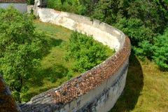 Väggar för medeltida stärkt kyrka i Ungra, Transylvania Royaltyfria Bilder