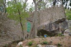V?ggar & ing?ng av slotten av hederna, medeltida slott av XII ?rhundradet med sikter till havet i Sintra Natur arkitektur arkivfoto