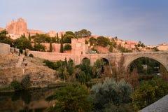 Väggar, kloster, bro av den San svalan och flod Tajo i Toledo arkivbild