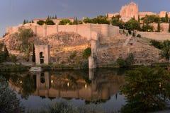 Väggar, kloster och flod av Toledo Royaltyfria Bilder