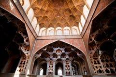 Väggar med modeller i musikinstrument formar i slott av Iran Royaltyfri Foto