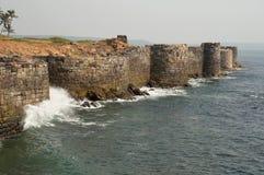 Väggar och bastioner av det Sindhudurga fortet, område Sindhudurga, Maharashtra arkivbild