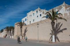 Väggar och gamla hus av medeltida medina av Essaouira Royaltyfri Fotografi