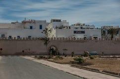 Väggar och gamla hus av medeltida medina av Essaouira, Marocko Arkivfoto