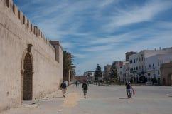 Väggar och gamla hus av medeltida medina av Essaouira, Marocko Royaltyfri Fotografi