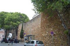 Väggar och ingångsbåge av slotten av San Jorge In Lisbon Natur arkitektur, historia, gatafotografi April 11, 2014 royaltyfria bilder