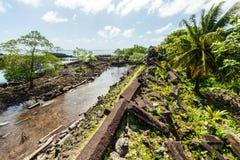 Väggar och kanaler av den Nandowas delen av Nan Madol - bevuxen prehi arkivfoto