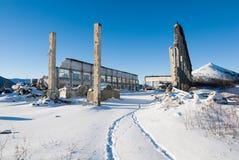 Väggar och kolonner av det förstörda garaget i övergiven bosättning in Arkivbilder