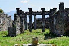 Väggar och kolonner, Pompeii arkeologisk plats, nr Mount Vesuvius, Italien Arkivfoton